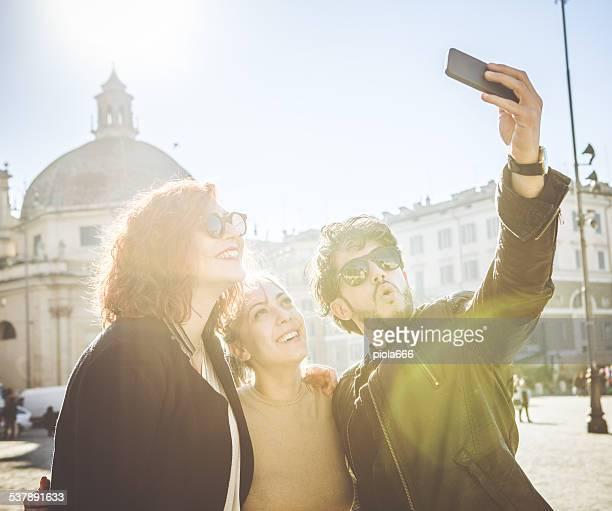 Gruppo di amici prendendo un selfie in città