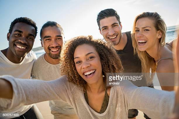 Groupe d'amis prenant un selfie extérieur