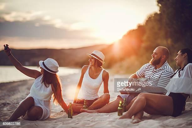 Grupo de amigos tomando un autorretrato al aire libre