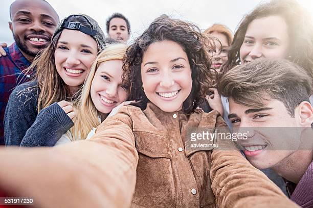 Groupe de Amis prenant un selfie ensemble