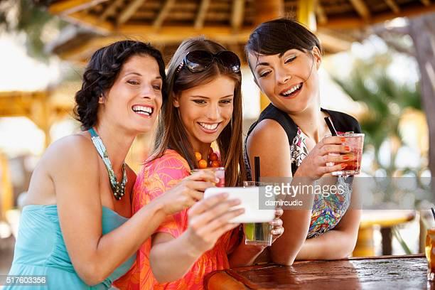Eine Gruppe von Freunden, die selfies in der Partei