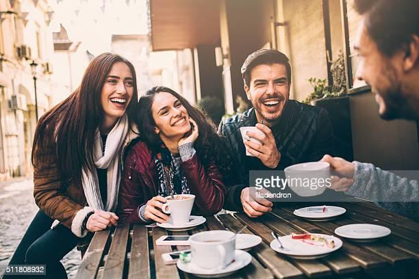 Eine Gruppe von Freunden reden und Lachen