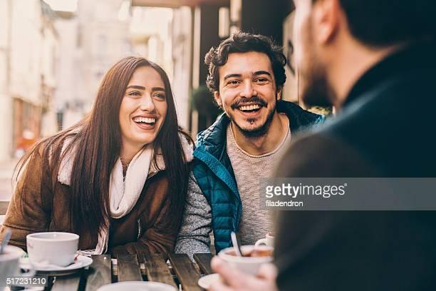 のグループご友人と話すと笑う