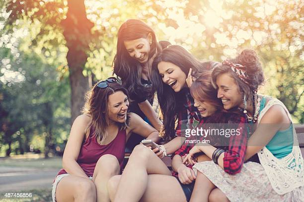 Groupe d'amis à envoyer des SMS sur smartphone