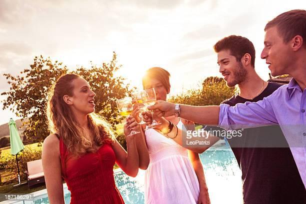 Groupe d'amis portant un toast à une fête d'anniversaire