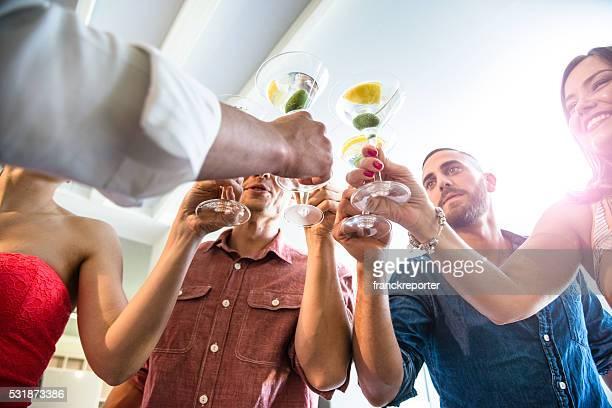 Grupo de amigos con bebida brindis