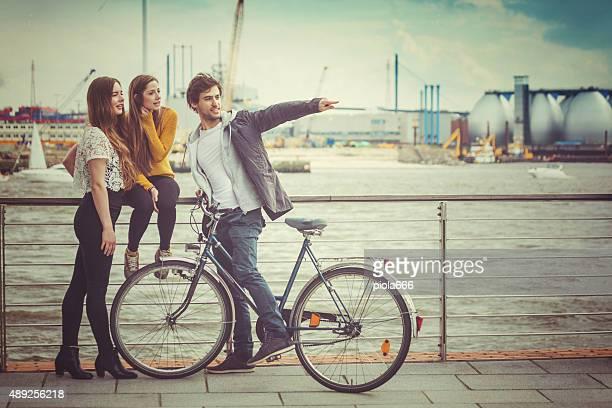 Grupo de amigos juntos en entorno urbano