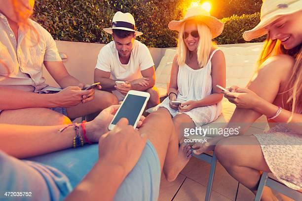 Gruppe von Freunden mit Handy.