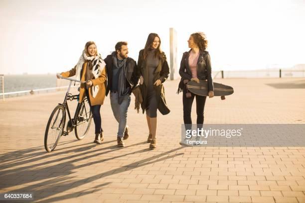 Eine Gruppe von Freunden zu Fuß und Teilen Sie glückliche Momente.