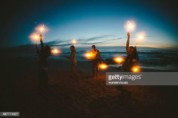 Groupe d'amis avec feux d'artifice