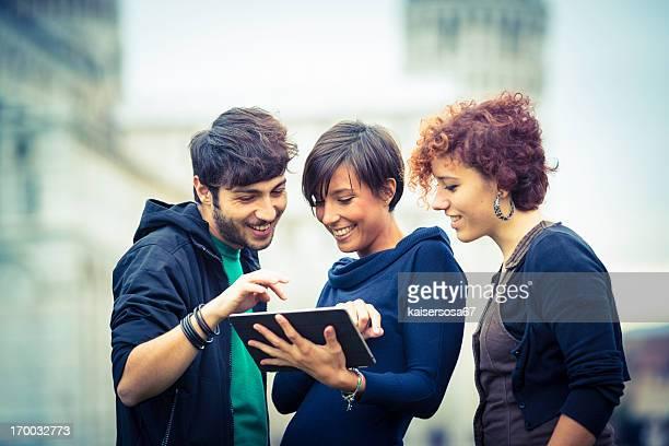Gruppe von Freunden mit Tablet PC außerhalb