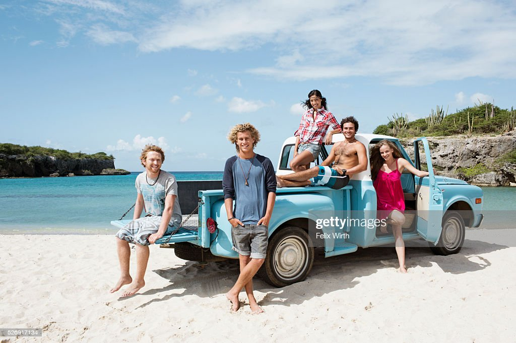 Group of friends with truck on beach : Stock-Foto