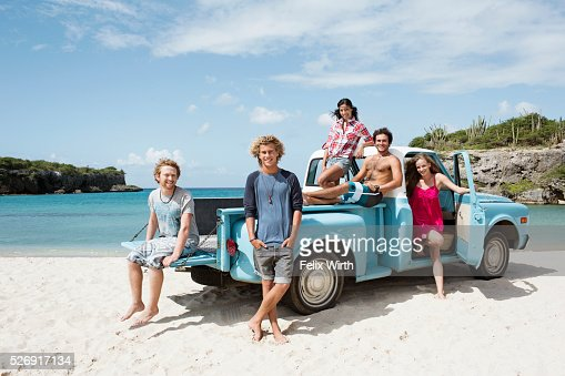 Group of friends with truck on beach : Foto de stock