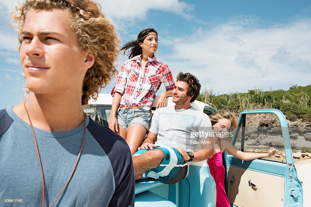 Group of friends with truck on beach : Foto stock