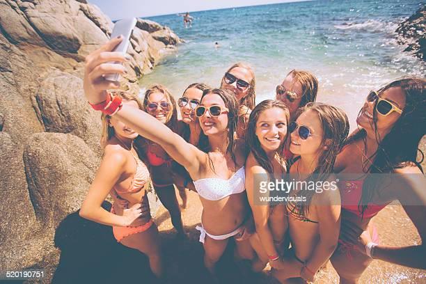 Groupe de filles prenant des autophotos