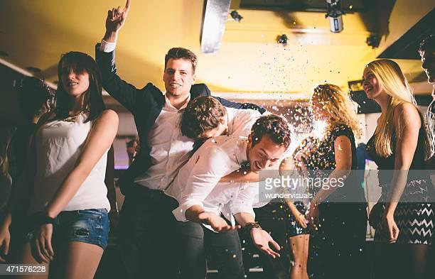 Gruppe von jungen Freunden Spaß in einer party