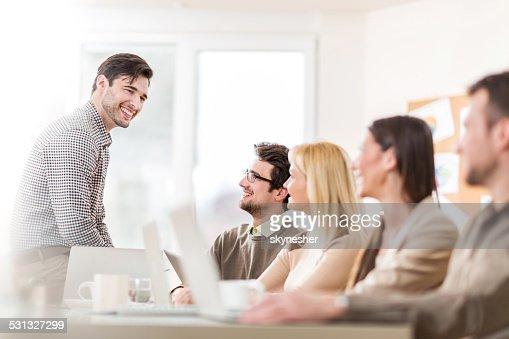 Groupe de gens d'affaires heureux sur une réunion.