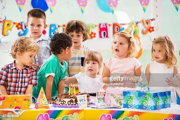 Groupe heureux des enfants à une fête d'anniversaire.