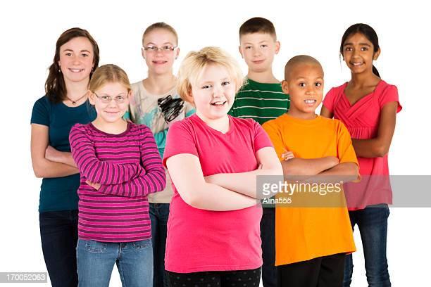Felice gruppo di diversi bambini su sfondo bianco