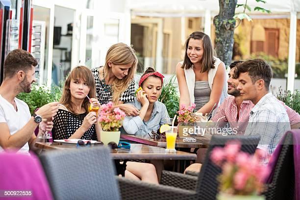 Gruppe von glücklichen Freunde Im Sidewalk Cafe