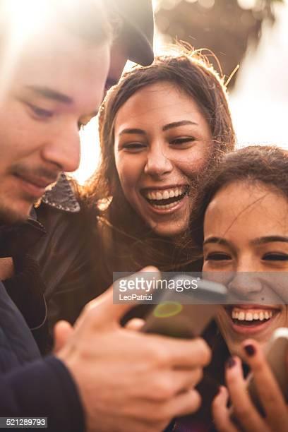 Gruppe von glücklichen Freunde, die ein selfie