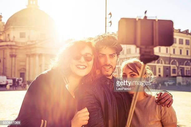 Felice gruppo di amici prendendo un selfie