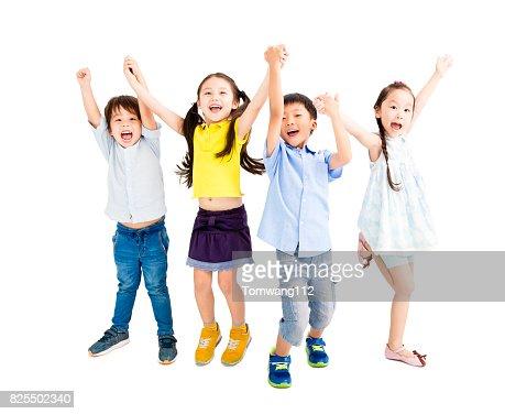 Grupo de niños felices saltando y bailando : Foto de stock