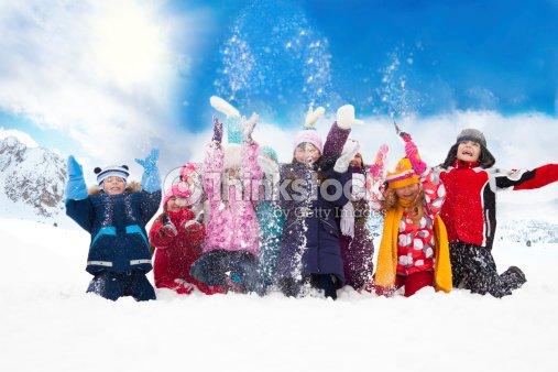 Gruppe von glücklichen Kindern werfen Schnee : Stock-Foto