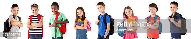 Gruppe von glücklich multiethnische Schule Kinder mit Rucksäcken
