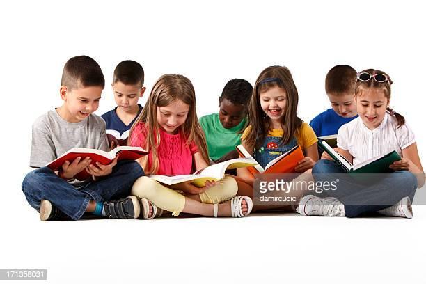 Escola multirracial feliz grupo de crianças a ler livros