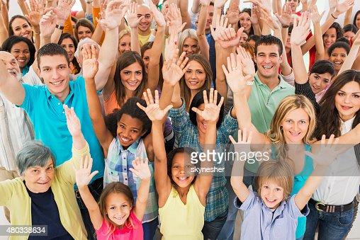 Gruppe von glücklichen Menschen mit Arme hoch Blick in die Kamera.