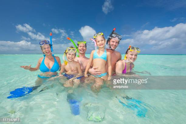 Groupe de touristes heureux de la plongée avec masque et tuba