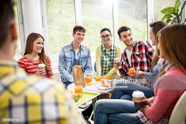 Gruppe von glücklichen Studenten in der cafeteria.