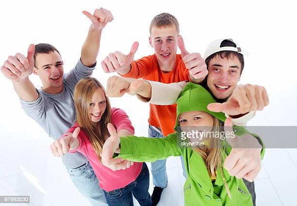 Gruppe von glücklich Teenager zeigen ok mit Finger.