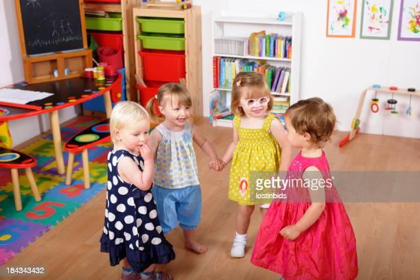 Gruppo di bambini felici con le mani durante il gioco