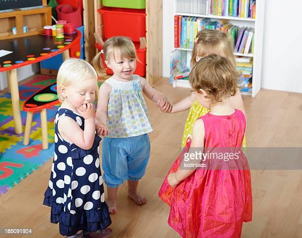 Gruppo di bambini felici con le mani mentre giocano