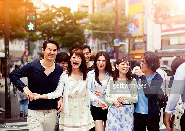 Gruppe von glücklichen Jungen japanischen Personen Spaß im Freien, Tokio.