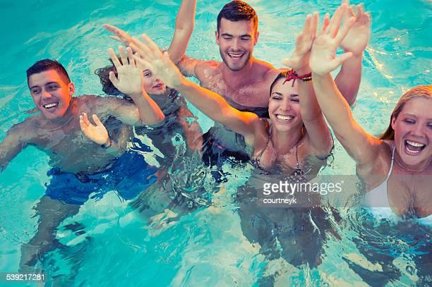 Gruppe von glücklichen jungen Leute feiern in einem pool.