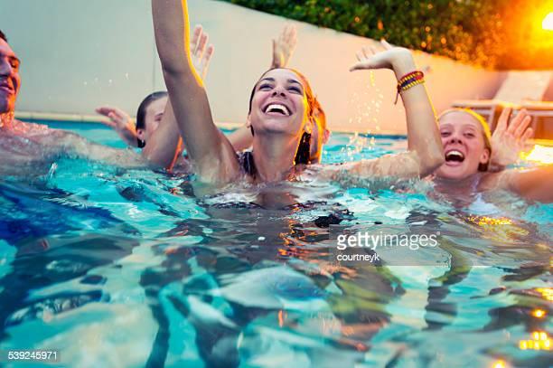 Feliz grupo de jóvenes de fiesta en la piscina.