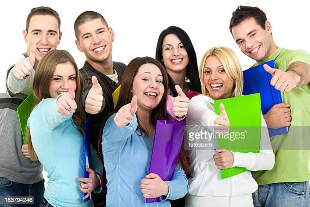 Gruppe von glücklichen Jungen Studenten, die ein Daumen hoch