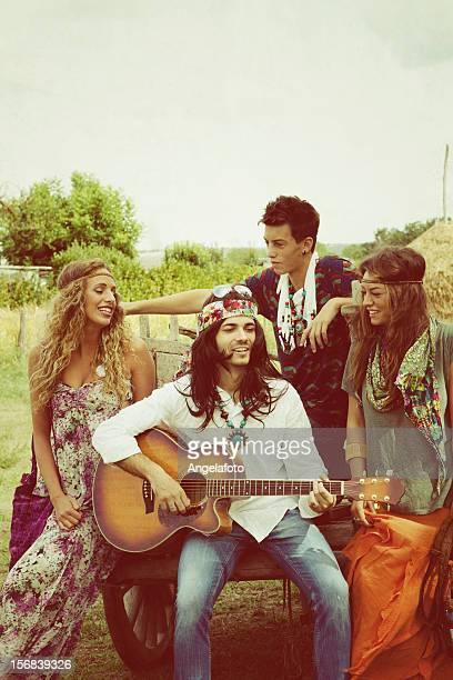 Gruppe von Hippie singen in der Landschaft