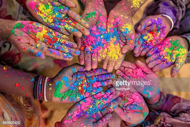 Gruppo di bambini che giocano holi indiano in Rajasthan, India
