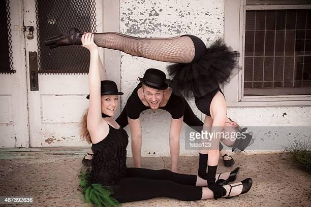 Groupe de jazz ballet dancers portant costume pose pour la caméra.