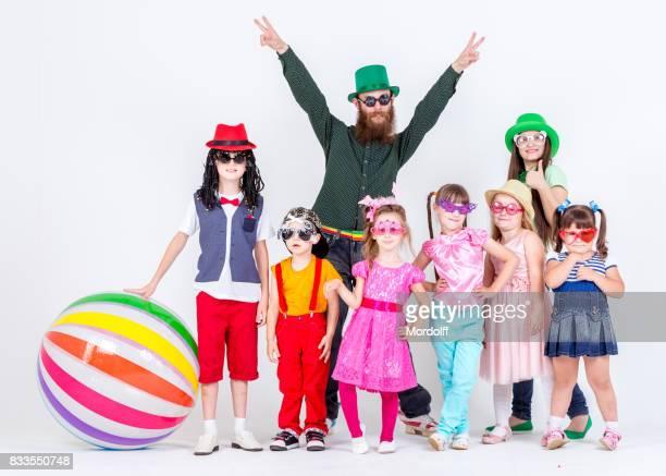 Groupe des enfants et des adultes à la fête d'enfants