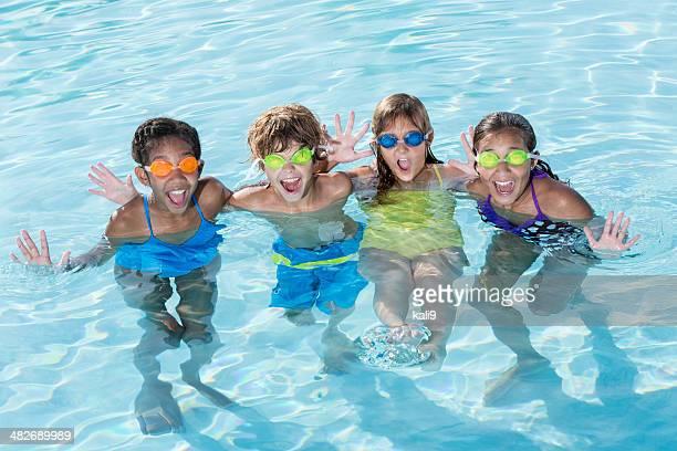 Grupo de crianças na piscina