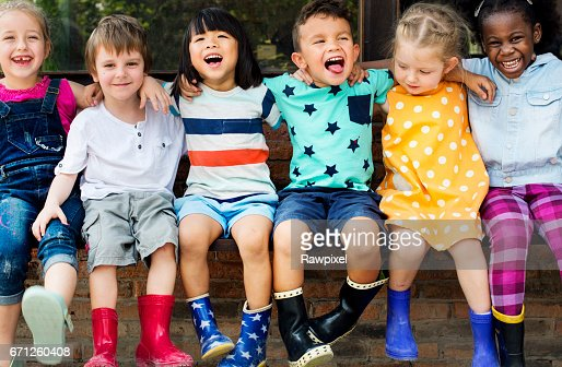 Group of kindergarten kids friends arm around sitting and smiling fun : Foto stock