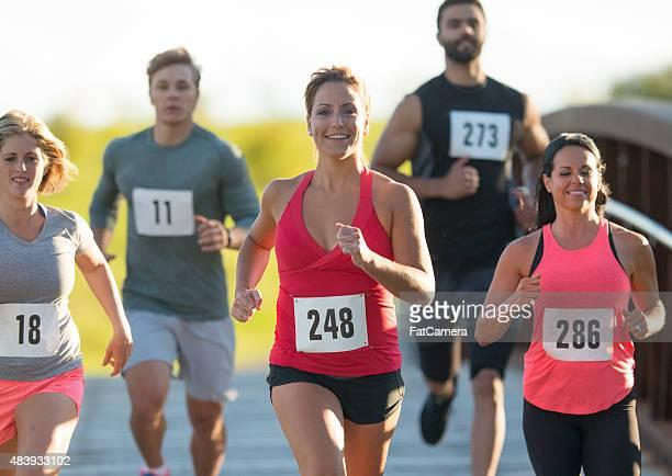 グループのマラソンランナー