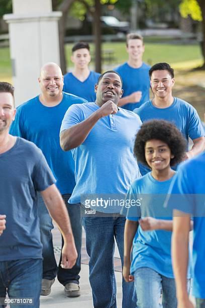 Eine Gruppe von Herren in der blauen Zone laufen zusammen, Gemeinschaftliche Veranstaltung