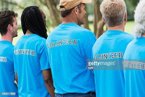 Groupe d'hommes dans un parc de bénévolat