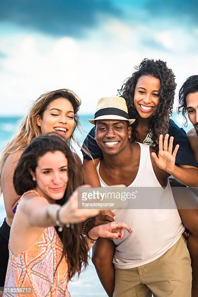 Grupo de raça mista amigos, tirar uma selfie em miami